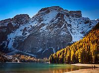 Italien, Suedtirol (Trentino - Alto Adige), Naturpark Fanes-Sennes-Prags: Pragser Wildsee vor dem 2.810 m hohen Seekofel | Italy, South Tyrol (Trentino - Alto Adige), Fanes-Sennes-Prags Nature Park: Lago di Braies and Croda del Becco mountain - 2.810 m