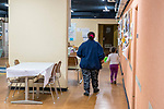 Gen&egrave;ve, le 25.04.2018<br /> Abris PC de P&acirc;quis-centre.<br /> Accueil des familles et des mineurs non accompagn&eacute;s.<br /> Une m&egrave;re de famille et sa fillette de 4 ans traverse le bunker <br /> &copy; Le Courrier / J.-P. Di Silvestro