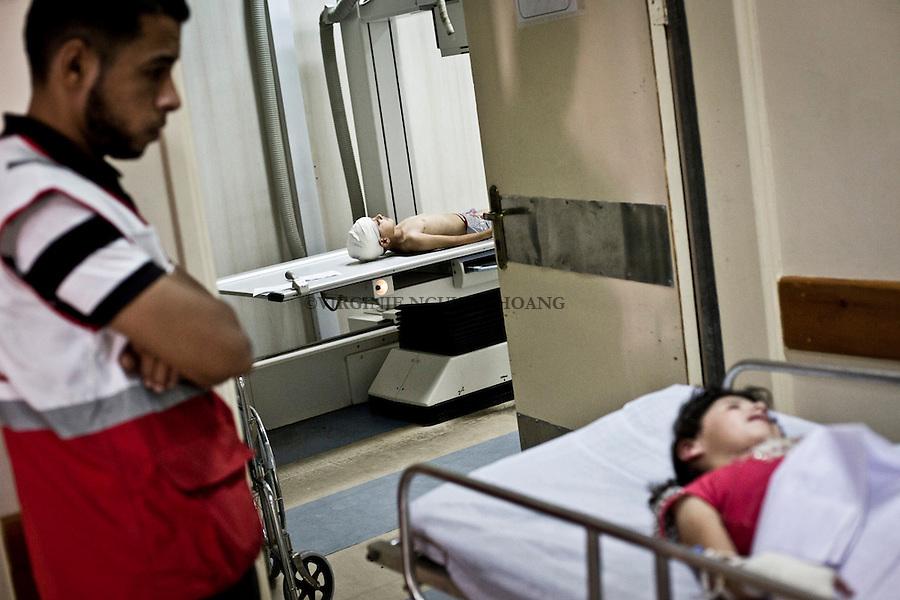 GAZA: Children injured by shrapnel are going to the x-ray checking in order to see if some piece still in their bodies. <br /> <br /> GAZA: Des enfants bless&eacute;s par des shrapnels vont pass&eacute;s au X-Ray afin de v&eacute;rifier si des morceaux sont toujours dans leur corps.