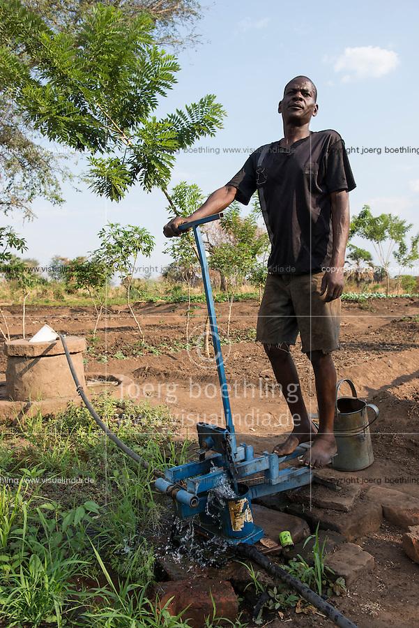 ZAMBIA, Chipata, farmer irrigates vegetable farm with pedal water pump / SAMBIA, Chipata, COMACO Verarbeitung von Erdnuessen von Vertragsfarmern, GIZ Projekt Gruene Innovationszentren, Diversifizierung, Dorf Lupande, Kleinbauer Mbewe Gibson, 40, bewaessert seinen Gemuesegarten mit eine Fusspedalen Wasserpumpe