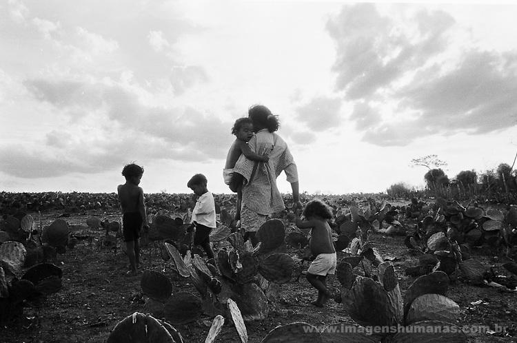 Família presencia seca no nordeste brasileiro - 1999..Family witnesses drought in the Brazilian northeast - 1999.