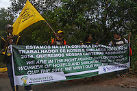COSTA DO SAUIPE, BA, 06.12.2013 - COPA 2014 - SORTEIO FINAL DA COPA DO MUNDO Manifestantes do setor hoteleiro antes do sorteio oficial da Copa do Mundo de 2014 na Costa do Sauipe litoral norte da Bahia, nesta sexta-feira, 06. (Foto: William Volcov / Brazil Photo Press).