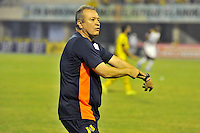 BARRANCABERMEJA -COLOMBIA, 07-11-2015  <br /> Oscar Upegui técnico de Alianza Petrolera gesticula durante el encuentro con Deportes Tolima por la fecha 19 de la Liga Aguila II 2015 disputado en el estadio Daniel Villa Zapata de la ciudad de Barrancabermeja./ Oscar Upegui coach of Alianza Petrolera gestures during a match against Deportes Tolima for the date 19 of the Aguila League II 2015 played at Daniel Villa Zapata stadium in Barrancabermeja city. Photo:VizzorImage / Jose David Martinez / Cont