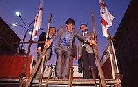 Umberto Bossi, comizio a Como 1996, lega nord, scende le scale.