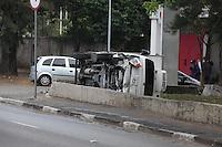SAO PAULO, SP, 31/07/2012, ACID AV. PRES CASTELO branco.  Um caminhao de pequeno porte tombou na Av. Pres. Castelo Branco alt do n 4.500 proximo a quadra da Gavioes da Fiel, ninguem ficou ferido. Luiz Guarniweri/ Brazil Photo Press.