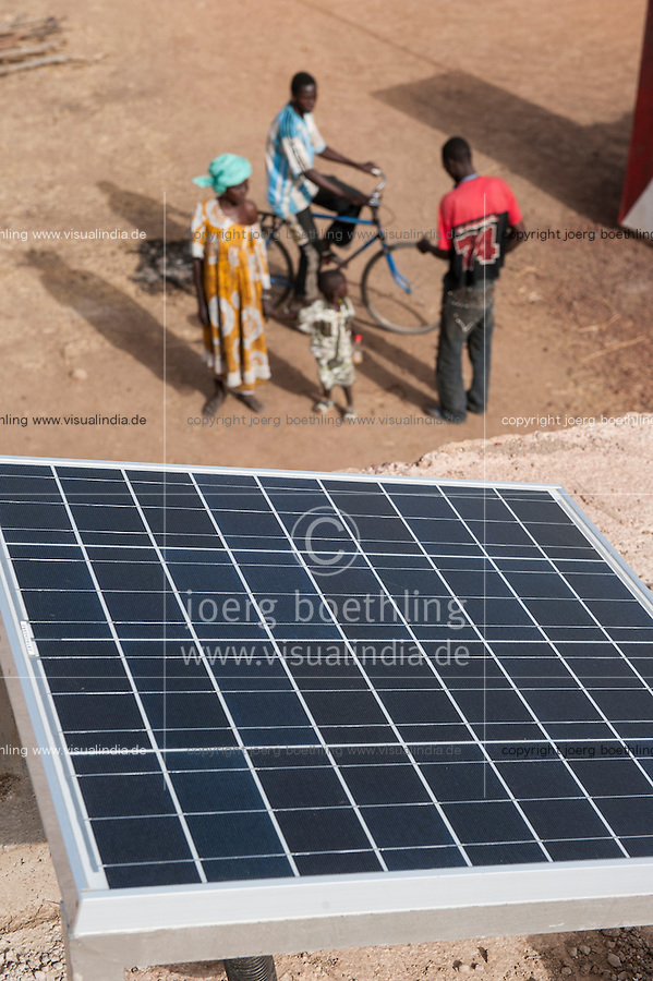 MALI, Dialakoro, solar powered battery recharge station in village Tiele, villagers can charge their car batteries for light, radio TV and other usages / MALI, Dialakoro, solar betriebene Batterieladestation im Dorf Tiele