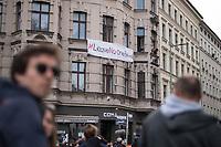 """Trotz Corona-Versammlungseinschraenkung gingen am 1. Mai 2020 in Berlin 3.000 Menschen in Berlin-Kreuzberg auf die Strasse. Sie protestierten u.a. fuer die Aufnahme von Gefluechteten aus den ueberfuellten griechischen Fluechtlingslagern und die Unterstuetzung von Automobilkonzernen wegen der Corona-Krise.<br /> Im Bild: EIn Banner mit der Aufschrift """"#LeaveNoOneBehind"""" an einem Haus in der Oranienstrasse.<br /> 1.5.2020, Berlin<br /> Copyright: Christian-Ditsch.de<br /> [NUR FUER REDAKTIONELLE ZWECKE! Werbung nur auf Anfrage beim Fotografen. Inhaltsveraendernde Manipulation des Fotos nur nach ausdruecklicher Genehmigung des Fotografen. Vereinbarungen ueber Abtretung von Persoenlichkeitsrechten/Model Release der abgebildeten Person/Personen liegen nicht vor. NO MODEL RELEASE! Don't publish without copyright Christian-Ditsch.de, Veroeffentlichung nur mit Fotografennennung, sowie gegen Honorar, MwSt. und Beleg. Konto: I N G - D i B a, IBAN DE58500105175400192269, BIC INGDDEFFXXX, Kontakt: post@christian-ditsch.de<br /> Bei der Bearbeitung der Dateiinformationen darf die Urheberkennzeichnung in den EXIF- und  IPTC-Daten nicht entfernt werden, diese sind in digitalen Medien nach §95c UrhG rechtlich geschuetzt. Der Urhebervermerk wird gemaess §13 UrhG verlangt.]"""