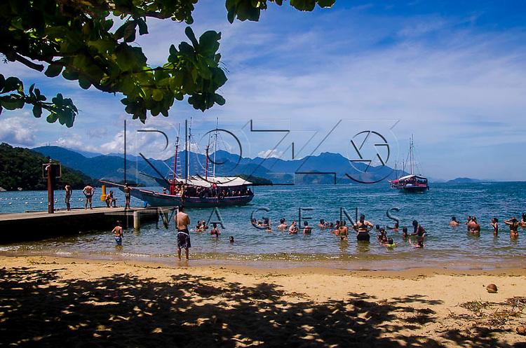 Escuna na Praia de Japariz em Ilha Grande, Angra dos Reis - RJ, 01/2014.