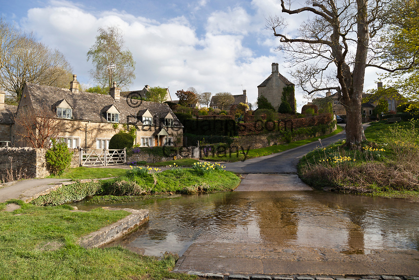 United Kingdom, England, Gloucestershire Cotswolds, Upper Slaughter: Cotswold village of Upper Slaughter and the River Eye | Grossbritannien, England, Gloucestershire Cotswolds, Upper Slaughter: Dorfszene mit Cotswold cottages am Fluss Eye