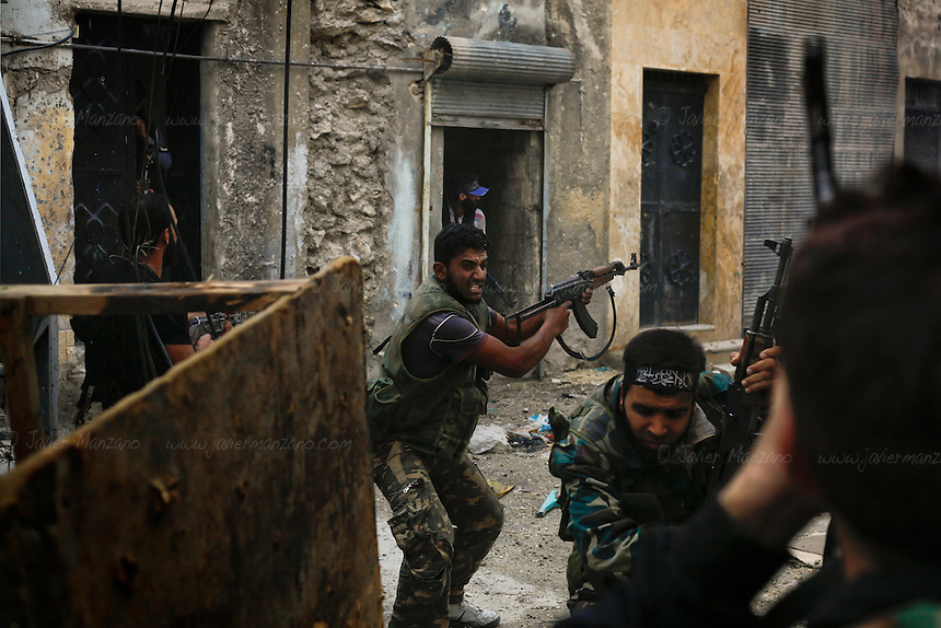Free Syria Army (FSA) soldiers battle loyalist soldiers in the Askar neighborhood of Aleppo in an attempt to dislodge a regime sniper positioned at one of the buildings overlooking two main roads. .© AFP/Javier Manzano..............
