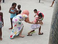 (121108) -- RIO DE JANEIRO, noviembre 8, 2012) -- La cantante estadounidense Lady Gaga (c), juega con un grupo de ni?os en una calle durante su visita a Morro Cantagalo, en Ipanema, al sur R&reg;?o de Janeiro, Brasil, el 8 de noviembre de 2012. Lady Gaga participar&reg;&cent; el viernes en un concierto en el Parque dos Atletas, en Barra de Tijuca, al oeste de R&reg;?o de Janeiro, como parte de su gira &quot;The born this way ball&quot;.<br /> <br />  (OHPIX/NORTEPHOTO)