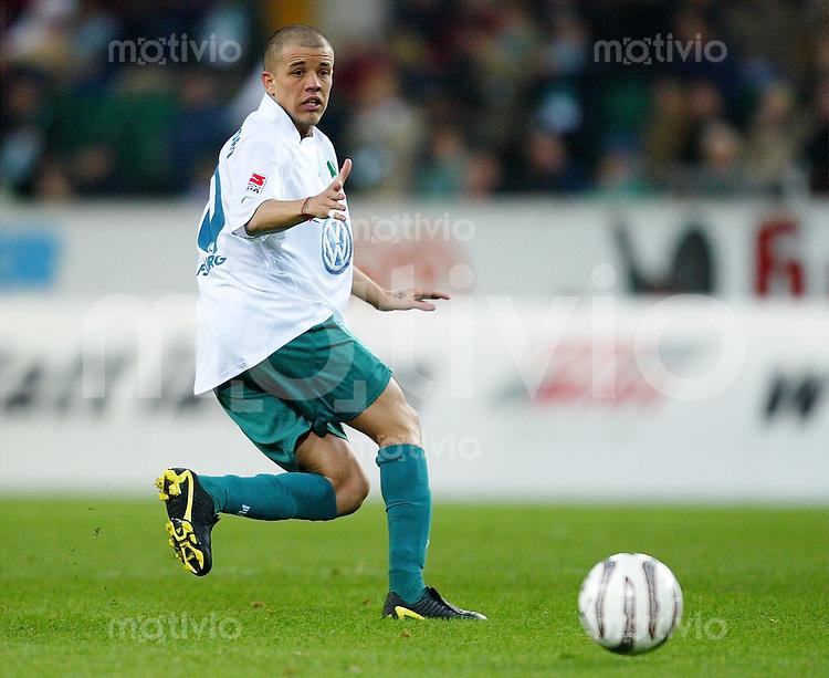 Fussball 1. Bundesliga Saison 2003/2004  Andres D ALESSANDRO, Einzelaktion am Ball VfL Wolfsburg