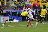 TEMUCO - CHILE – 21-04-2015: Juan G Cuadrado (Izq.) jugador de Colombia, disputa el balón con Luis Advincula (Der.) jugador de Peru, durante partido Colombia y Peru, por la fase de grupos, Grupo C, de la Copa America Chile 2015, en el estadio German Becker en la Ciudad de Temuco  / Juan G Cuadrado (L) player of Colombia, vies for the ball with Luis Advincula (R) player of Peru, during a match between Colombia and Peru, for the group phase, Group C, of the Copa America Chile 2015, in the German Becker stadium in Temuco city. Photos: VizzorImage /  Photosport / Alejandro Zuñez / Cont.