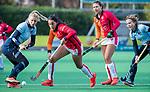 Laren - Maria Jimena Cedres Lobbosco (OR) met Klaartje de Bruijn (Lar)  tijdens de Livera hoofdklasse  hockeywedstrijd dames, Laren-Oranje Rood (1-3).  links Lisanne de Lange (Lar) / COPYRIGHT KOEN SUYK