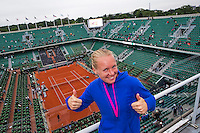 Paris, France, 03 June, 2016, Tennis, Roland Garros, semi finalist Kiki Bertens (NED) ) gives thums up on the roof of Philippe Chatrier Court<br /> Photo: Henk Koster/tennisimages.com