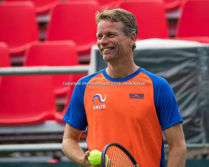 Moscow, Russia, 13 th July, 2016, Tennis,  Davis Cup Russia-Netherlands, Training Dutch team, Captain Jan Siemerink (NED)<br /> Photo: Henk Koster/tennisimages.com