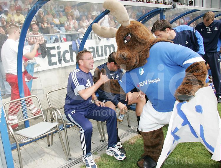Fussball Regionalliga Sued Saison 2006/2007    1. Spieltag          TSG Hoffenheim - 1860 Muenchen II Ralf RANGNICK (TSG Hoffenheim) begruesst das Maskottchen HOFFI kurz vor dem Anpfiff.