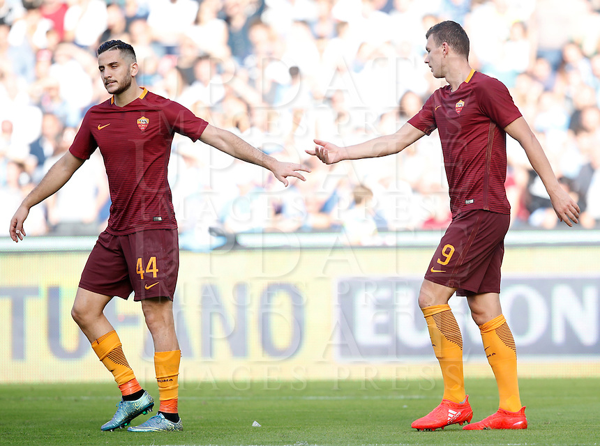 Calcio, Serie A: Napoli vs Roma. Napoli, stadio San Paolo, 15 ottobre. <br /> Roma's Edin Dzeko, right, is congratulated by teammate Kostas Manolas after scoring his second goal during the Italian Serie A football match between Napoli and Roma at Naples' San Paolo stadium, 15 October 2016. Roma won 3-1.<br /> UPDATE IMAGES PRESS/Isabella Bonotto