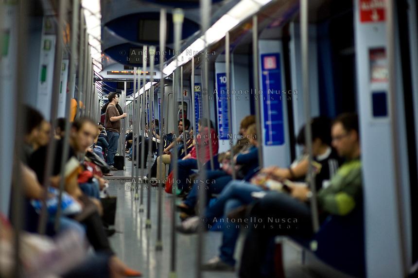 Gente nella metropolitana di Madrid