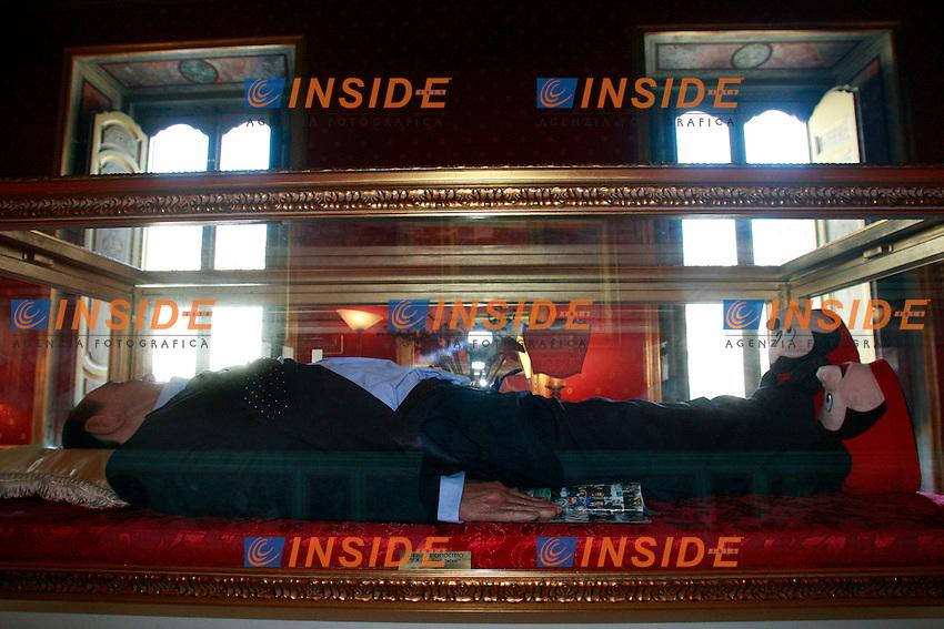 """Roma 29/05/2012 Opera degli artisti Antonio Garullo e Mario Ottocento dal titolo """"Il sogno degli italiani"""" che raffigura un Silvio Berlusconi in resina dormiente e sognante con ai piedi delle ciabatte con Mickey Mouse, in una teca. L'opera è esposta a Palazzo Ferrajoli, dalle cui finestre si vede Palazzo Chigi, trovandosi proprio di fronte ad esso. .Sculpture of the artists Antonio Garullo e Mario Ottocento, called """"The dream of Italians"""" representing Silvio Berlusconi, sleeping and dreaming of his """"Reign"""", excited, with a hand on his opened trousers..Photo Samantha Zucchi Insidefoto"""