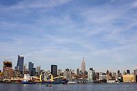 NEW YORK, EUA, 10.04.2017 - BARCOS-NEW YORK - Barcos e cargueiros são vistos no rio Hudson em frente a Ilha de Manhattan em New York nesta segunda-feira, 10. (Foto: William Volcov/Brazil Photo Press)