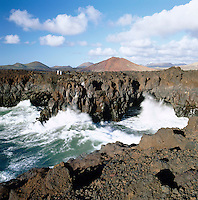 Spain, Canary Island, Lanzarote, Los Hervidoros: rough coastline between El Golfo and Las Salinas de Janubio | Spanien, Kanarische Inseln, Lanzarote, Los Hervidoros: Zwischen El Golfo und den Salinas de Janubio erreicht man die bizarre Lavakueste namens Los Hervideros