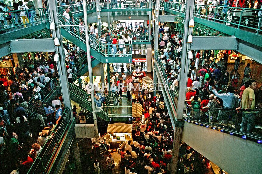 Shopping center lotado em Nova York. EUA. 1984. Foto de João Caldas.