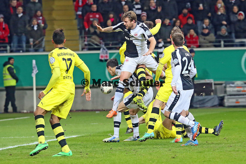 Marco Russ (Eintracht) fliegt am Ball vorbei - Eintracht Frankfurt vs. Borussia Dortmund, DFB-Pokal Viertelfinale