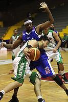 BOGOTA -COLOMBIA- 23 -11--2013. Warner (Izq) de Guerreros de Bogota disputa el balon con Araujo (Der) de Academia de La Montaña   , juego correspondiente al partido entre  Guerreros de Bogota y Academia de la Montaña , segundo encuentro  de la final  de la Liga Directv de Baloncesto disputado en el coliseo El Salitre   / Warner (R) of Guerreros of  Bogota dispute the ball with Araujo (R) Academia de la Montaña  playing for the Guerreros  match between  and Academia de la Montña , second match of the final of the Directv Basketball League played at the Coliseum El Salitre .Photo: VizzorImage / Felipe Caicedol / Staff