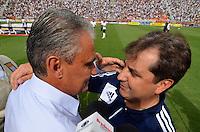 SÃO PAULO, SP, 17 DE FEVEREIRO DE 2013 - CAMPEONATO PAULISTA - CORINTHIANS x PALMEIRAS: Gilson Kleina (d) e Tite (e) durante partida Corinthians x Palmeiras, válida pela 8ª rodada do Campeonato Paulista de 2013, disputada no estádio do Pacaembu em São Paulo. FOTO: LEVI BIANCO - BRAZIL PHOTO PRESS.