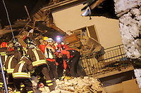 Onna, L'Aquila 06/04/2009. Nella notte tra il 5 e il 6 Aprile 2009 un forte terremoto colpisce la citta' dell'Aquila e la sua provincia. Il paese di Onna e' uno dei piu' colpiti. Il 70% delle case e' raso al suolo e i morti sono almeno 40. Nella foto gli scavi dei vigili del fuoco e volontari, ed il ritrovamento del cadavere di un'anziana signora.<br /> A very strong earthquake, has hit the city of Aquila, in the centre Italy and the surrounding villages. The village of Onna has been one of the most hit with about 40 deads. 70% of the houses have collapsed. Onna, L'Aquila, April, 6, 2009. In the picture, volounteers and fireworkers digging un der the rubble to find the body of an elder woman.<br /> Photo Samantha Zucchi Insidefoto