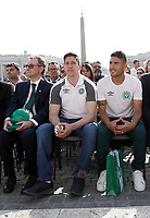 I giocatori di calcio Jackson Follmann (c) e Alan Ruschel (d) sopravvissuti al disastro aereo in cui per&igrave; la squadra brasiliana del Chapecoense, ed il Presidente del club Plinio David de Nes Filho (s) attendono l'inizio dell'udienza generale del mercoled&igrave; tenuta da Papa Francesco in Piazza San Pietro. Citt&agrave; del Vaticano, 30 agosto 2017.<br /> Soccer players Jackson Follmann (c) and Alan Ruschel (r) who survived when the plane carrying Brazilian soccer team Chapecoense crashed, and their club's president Plinio David de Nes Filho (l) attend Pope Francis' wednesday general audience in Saint Peter's square at the Vatican on August 30, 2017.<br /> UPDATE IMAGES PRESS/Isabella Bonotto<br /> <br /> STRICTLY ONLY FOR EDITORIAL USE
