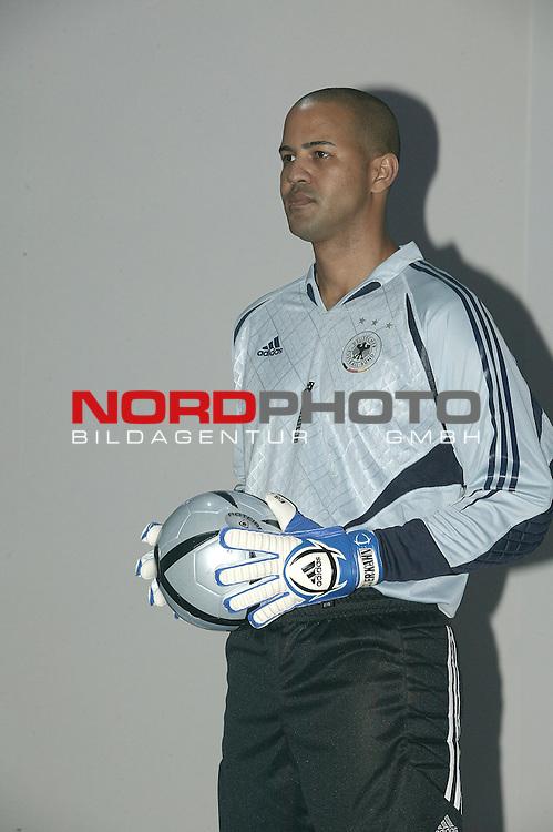 EM 2004 Portugal<br /> <br /> Vorstellung auf dem Medien Workshop Euro 2004 in Frankfurt - das neue EM Trikot der Deutschen Nationalmannschaft sowie den neuen Adidas Ball Roteiro, der offizielle Spielball der EM<br /> <br /> <br /> Foto &copy; nordphoto <br /> <br />  *** Local Caption *** Foto ist honorarpflichtig! zzgl. gesetzl. MwSt.<br />  Belegexemplar erforderlich<br /> Adresse: nordphoto<br /> Georg-Reinke-Strasse 1<br /> 49377 Vechta