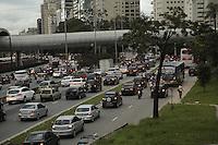 SAO PAULO, SP, 22 DE FEVEREIRO DE 2013. TRANSITO.  Transito carregado na marginal Pinheiros, sentido Castelo Branco,  próximo a ponte Cidade Jardim,  no final da tarde desta sexta feira. FOTO ADRIANA SPACA - BRAZIL PHOTO PRESS