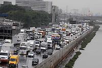 SAO PAULO,SP, 17/01/2012, TRANSITO.  A Marginal Tiete esta completamente parada no sentido da Rod. Castelo Branco, devido ao acidente de uma carreta na regiao do Sambodromo.  Luiz Guarnieri/ News Free