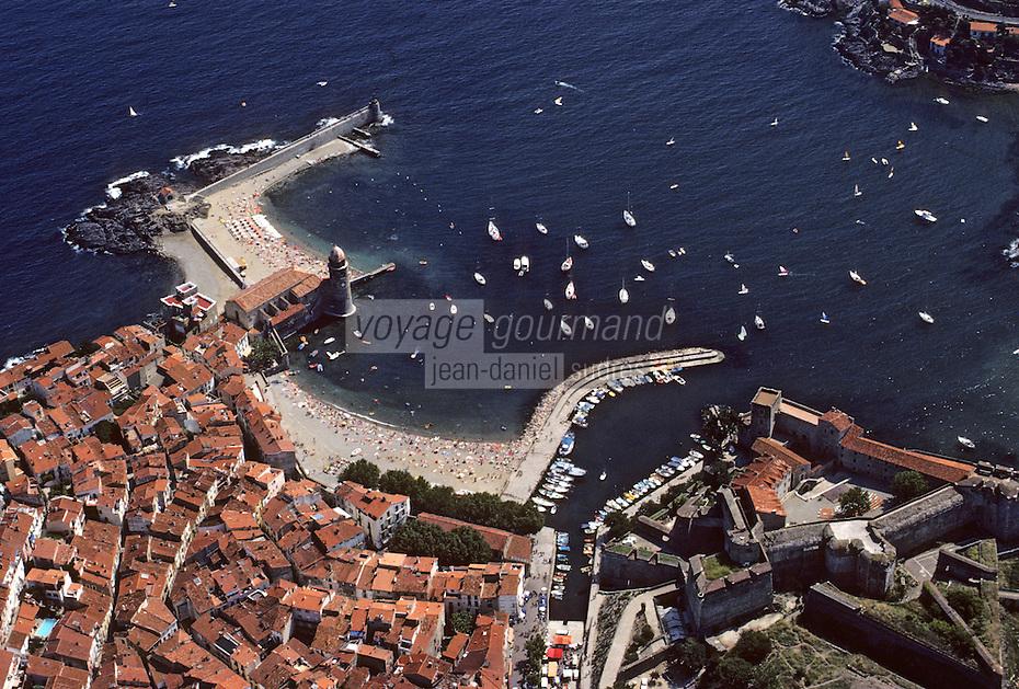 Europe/France/Languedoc-Roussillon/66/Pyrénées-Orientales/Collioure: vue aérienne le village avec son port , sa plage , le château royal et l'église avec son clocher dome qui fut l'ancien phare du port