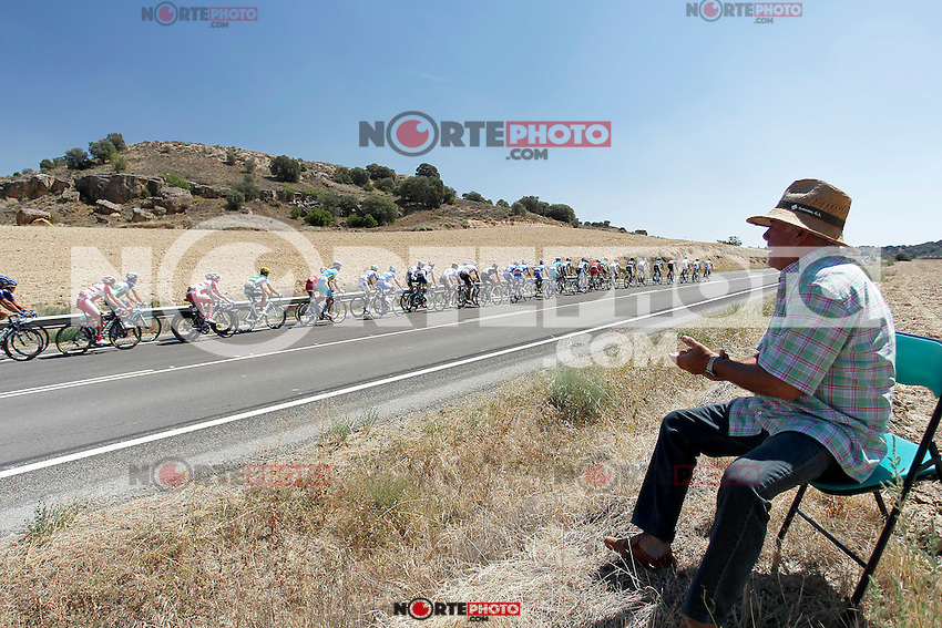 A fan of cycling greets riders in the peloton during the stage of La Vuelta 2012 between Huesca and Motorland Aragon (Alcaniz).August 24,2012. (ALTERPHOTOS/Paola Otero) /NortePhoto.com<br />
