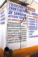 Nogales Confine Arizona Messico Un migrante seduto alla fermata dei bus per rientrare nel Messico centrale<br /> Nogales Arizona Mexico Border One migrant sitting at the bus stop to return in central Mexico