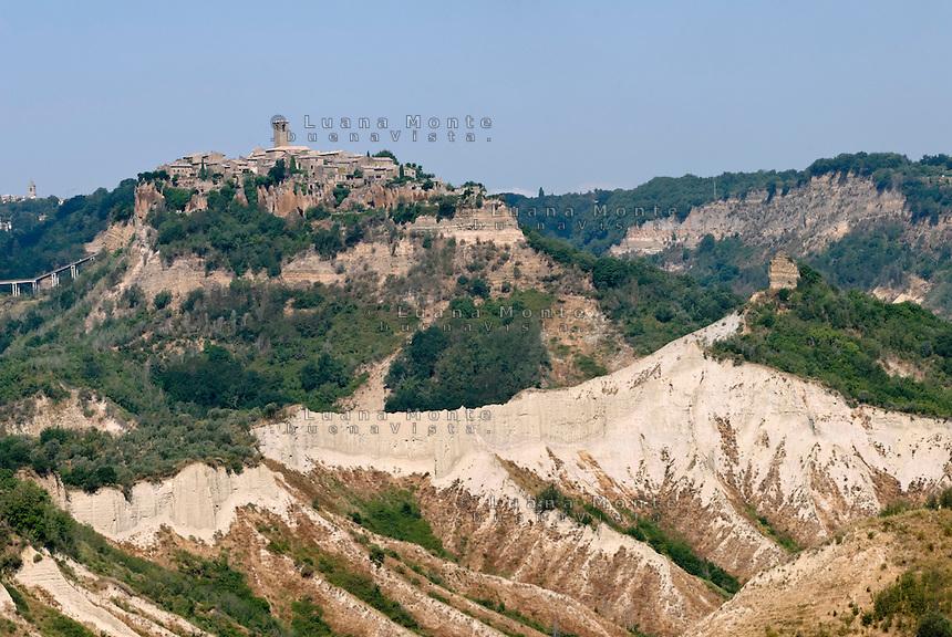 """Valle dei Calanchi. Il calanco detto """"Ponticelli"""", che si estende davanti al versante sud della rupe di Civita. Civita di Bagnoregio, 11 luglio 2012..."""