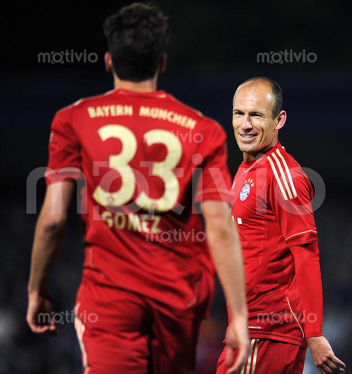 Fussball 1. Bundesliga :  Saison   2011/2012   Freundschaftsspiel  16.05.2011 FC Bayern Muenchen - Paulaner Auswahlteam Arjen Robben, Mario Gomez (v., re. FC Bayern Muenchen)