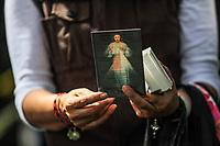 Una mujer regala cientos de tarjetas con imágenes religiosas de #jesucristo , #lavirgenmaria entre otros santos a los presentes en las actividades de rescate en el edificio de la colonia Álvaro Obregón #286, #ciudaddemexico a 22 sep 2017 #terremoto ••••**** Foto: Luis Gutierrez/NortePhoto.com<br /> •••• #sismo #terremoto #terremotoMexico #mexico #nortephoto #photojurnalism