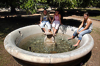 Caldo in città. Hot summer in the city..Turisti si rinfrescano nelle fontane di Villa Borghese.People find refuge from the high summer temperature at fountain in Villa Borghese. ....