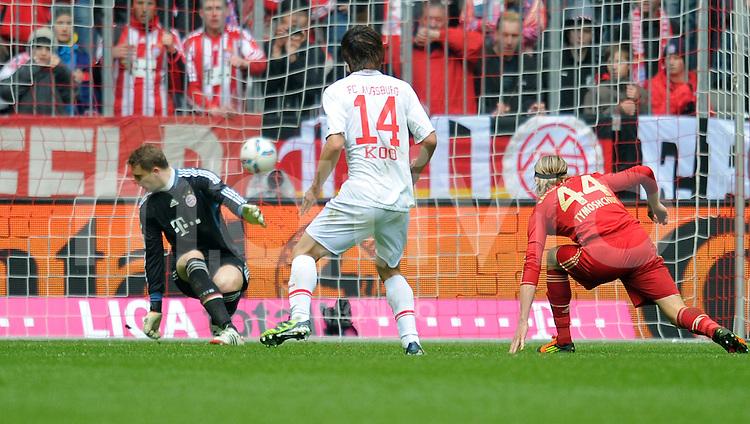 FUSSBALL   1. BUNDESLIGA  SAISON 2011/2012   29. Spieltag FC Bayern Muenchen - FC Augsburg       07.04.2012 Tor zum 1:1 durch Koo Ja Cheol (Mitte, FC Augsburg) gegen Torwart Manuel Neuer (li, FC Bayern Muenchen)