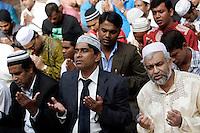Musulmani prendono parte alla preghiera dell'Eid-al-Fitr per celebrare la fine del Ramadan, in piazza Vittorio, Roma, 10 settembre 2010..Muslims take part in the Eid-al-Fitr prayer marking the fasting month of Ramadan, in Rome, 10 september 2010..UPDATE IMAGES PRESS/Riccardo De Luca
