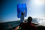 premier essai en mer du cerf volant de survie sur une pirogue avec deux p&ecirc;cheurs du port de Ann.<br /> <br /> St&eacute;phane Blanco test for the first time his kite with a fisherman