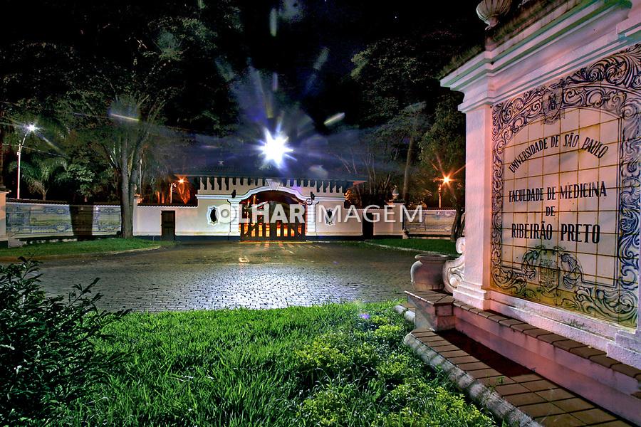 Portão de entrada do Campus da USP, Unversidade de São Paulo. Ribeirão Preto. 2007. Foto de Caetano Barreira.
