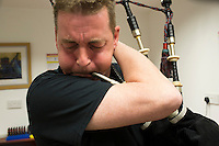 Mc Callum bagpipes factory La fabbrica di cornamuse pi&ugrave; famosa al mondo. Rory Grossart, suonatore professionista di cornamuse  nella ScottishPower Pipe Band  &egrave; uno dei pochissimi che costruiscono a mano l'ancia verificando il suono di ognuna<br />