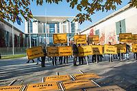 """Vertreter der Lausitzer Kohlereviere protestierten am Donnerstag den 14. November 2019 in Berlin vor dem Kanzleramt fuer eine bessere finanzielle Absicherung beim Ausstieg aus der Kohlefoerderung. Unter anderem forderten sie, dass eine Investitionspauschale fuer die Absicherung des kommunalen Eigenanteils festgeschrieben wird.<br /> Aufgerufen zu dem Protest hatte ein freiwilliges Buendnis der sogenannten """"Lausitzrunde"""".<br /> 14.11.2019, Berlin<br /> Copyright: Christian-Ditsch.de<br /> [Inhaltsveraendernde Manipulation des Fotos nur nach ausdruecklicher Genehmigung des Fotografen. Vereinbarungen ueber Abtretung von Persoenlichkeitsrechten/Model Release der abgebildeten Person/Personen liegen nicht vor. NO MODEL RELEASE! Nur fuer Redaktionelle Zwecke. Don't publish without copyright Christian-Ditsch.de, Veroeffentlichung nur mit Fotografennennung, sowie gegen Honorar, MwSt. und Beleg. Konto: I N G - D i B a, IBAN DE58500105175400192269, BIC INGDDEFFXXX, Kontakt: post@christian-ditsch.de<br /> Bei der Bearbeitung der Dateiinformationen darf die Urheberkennzeichnung in den EXIF- und  IPTC-Daten nicht entfernt werden, diese sind in digitalen Medien nach §95c UrhG rechtlich geschuetzt. Der Urhebervermerk wird gemaess §13 UrhG verlangt.]"""