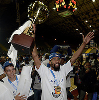 BOGOTÁ -COLOMBIA. 29-11-2013. Kyle La Monte Jugador de Guerreros de Bogotá celebra el título como campeón de la  Liga DirecTV de Baloncesto 2013-II de Colombia tras vencer a Academia de la Montaña en el quinto partido de la final realizado en el coliseo El Salitre de Bogotá./ Kyle La Monte Player of Guerreros de Bogota celebrates as a champion of the DirecTV Basketball League 2013-II in Colombia after defeated Academia de la Montaña in the fifth match of the final played at El Salitre coliseum in Bogota. Photo: VizzorImage / Gabriel Aponte /