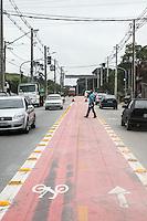 SÃO PAULO, SP, 06.05.2015- CICLOFAIXA - SP - Uma ciclofaixa está foi implantada na Avenida Bento Guelfi, moradores reclamam por parte da ciclofaixa ser no meio da avenida e a uma parte ser no acostamento e por ser mal sinalizada podendo causar vários acidentes, no bairro do Iguatemi na região leste da cidade de São Paulo nesta quarta-feira, 06. (Foto: Marcos Moraes/Brazil Photo Press)
